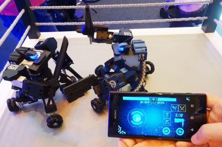 參觀人士可試玩這款 Dash 機械人,與其他人對打。