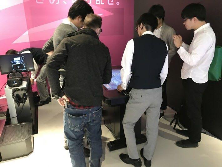 工作人員為參加者講解開遊戲的玩法