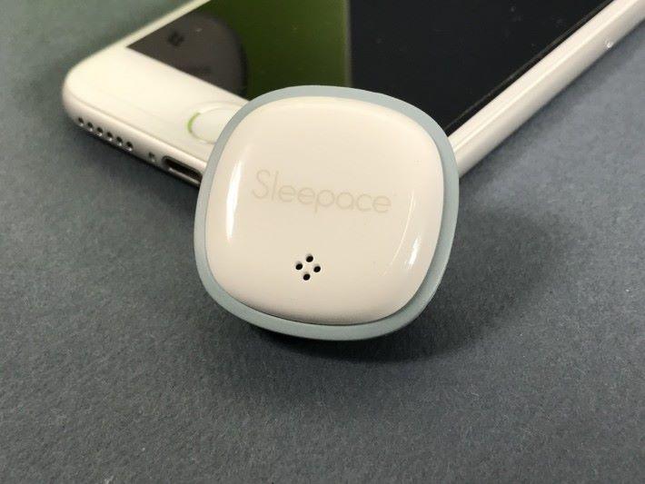 配合手機程式使用,就能提供睡眠監察以及安眠功能。