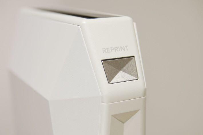 重新印相的按鈕設於機身左邊。