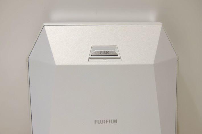 相紙盒設於機背。