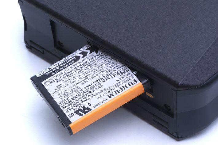 充電池設於機底。