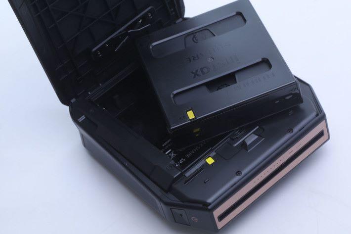 方形相紙盒上設有黃色標記,方便用家對準方向。