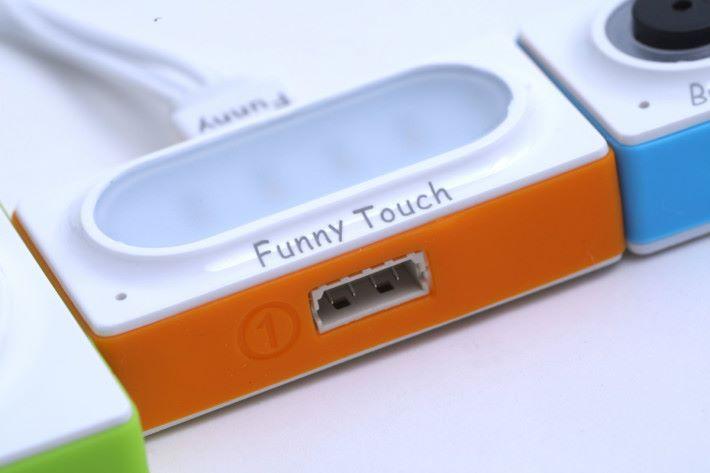 有些組件設有格外的插槽,能配合其他擴充組件使用。