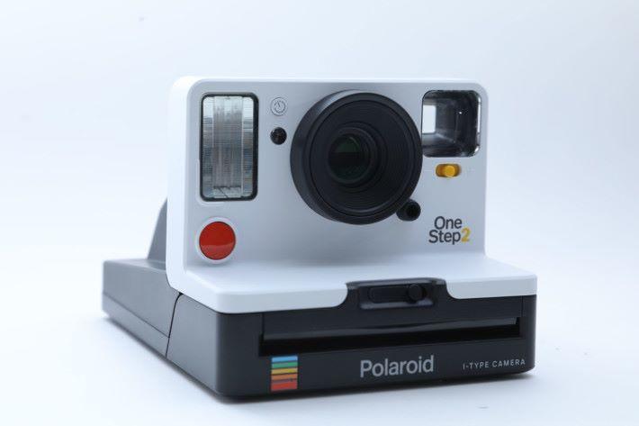 Polaroid OneStep 2 的外型仿照30年前的前代外型製造。