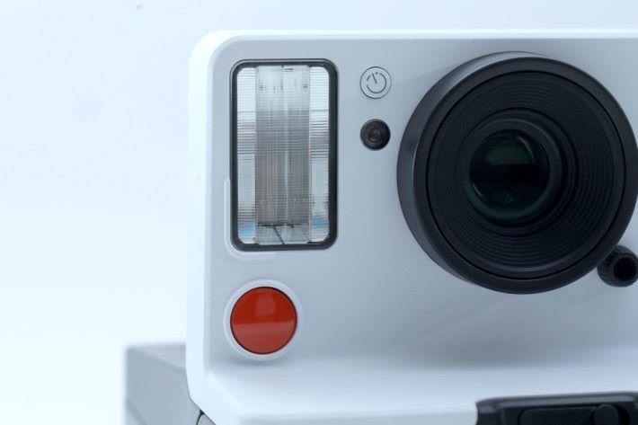 閃燈旁有的自拍按鍵,按下自拍鍵再按紅色的快門,就會自動倒數8秒後拍攝。