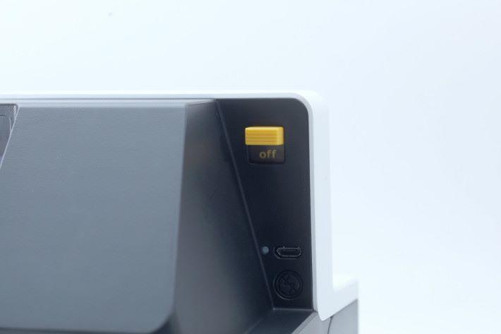 機背右方設有開關、閃燈開關及 Macro USB 充電插槽。