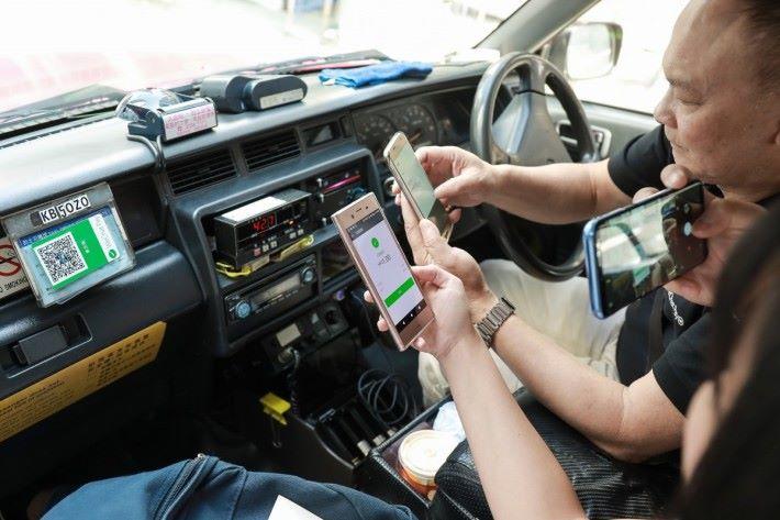 搭的士可以用手機付款,免卻找續麻煩。