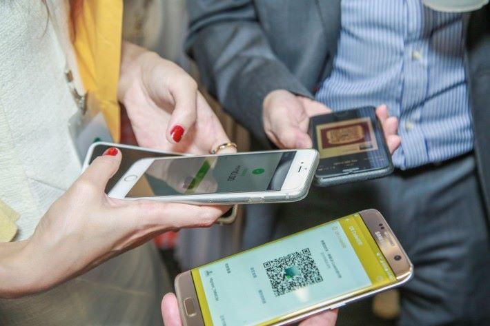 個人間過數只要掃描 QR Code 就可以,每次上限 $1,500。
