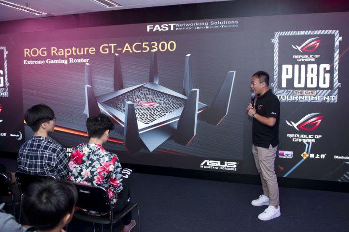 ASUS ROG 的產品經理Ivan Fung 亦有在場向選手及觀眾講解
