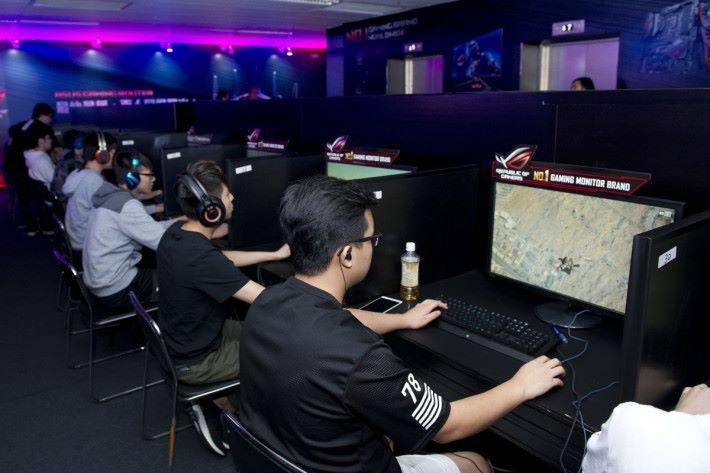 在場不少玩家初次使用 180Hz 電競螢幕,形容畫面流暢得難以致信。