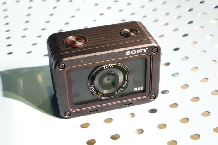 RX0 配備 f/4.0 光圈鏡頭
