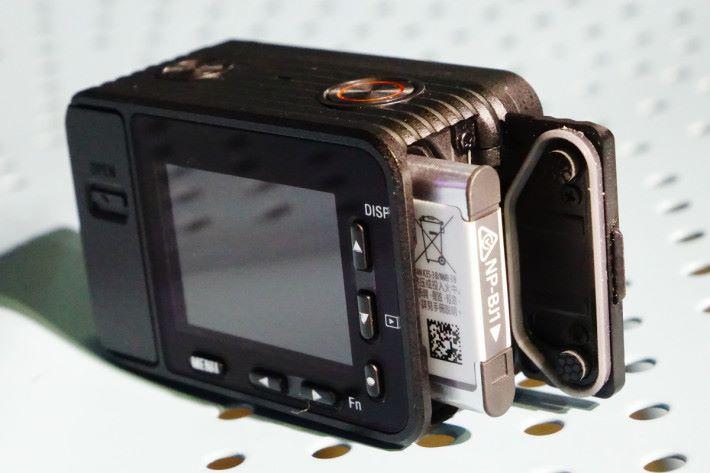 細小的電池最長支援 RX0 連續錄製約 35 分鐘影片。