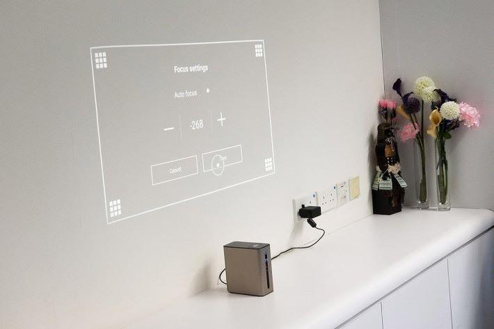 更新後加入了手動對焦及披影機常見的梯形校正功能。