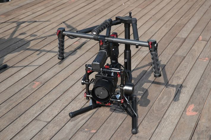 DJI M600 Pro 無人機所使用的 Hasselblad A6D-100c 相機,具備1億像素的拍攝能力。