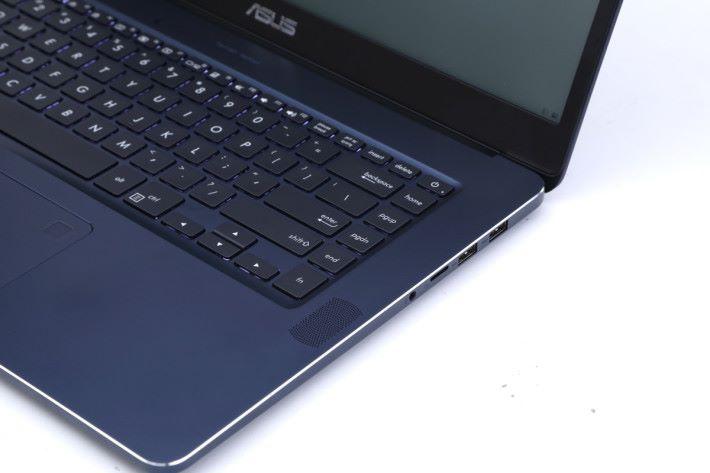 全尺寸鍵盤提供 1.5mm 鍵程,並配備大面積玻璃面觸控板。