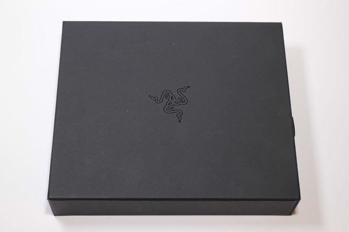 Razer Phone 的包裝外觀一樣以極黑設計示人,極為型格。