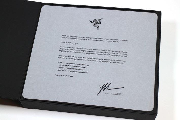 打開盒後第一眼可見到由 CEO 陳民亮寫給用戶的一封信,歡迎大家成為 Razer 大家庭其中的一份子。