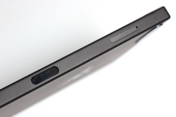 黑色的位置是帶有指紋辨識功能的電源鍵。