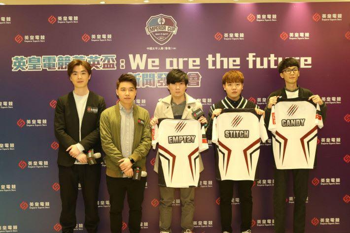 韓國的ADC選手Stitch Lee Seung Joo(右二)、來自韓國的中路選手Candy Kim Seung-ju(右一)及香港打野選手Empt2y(中間)。