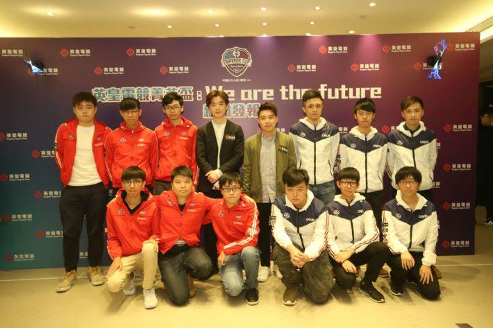 香港代表隊總教練 Toyz(後排右四)與英皇娛樂藝人洪卓立(後排右五)及《英皇電競菁英盃2017: 皇者之路》決賽兩強戰隊No Fancy(紅色戰衣)及Team Orion(白色戰衣)大合照。