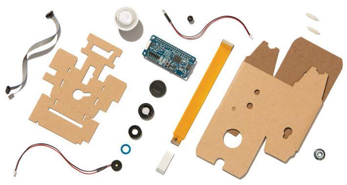 Vision Kit 本身包含瓦通紙外殼、 VisionBonnet 底板、鏡頭用的延長 Flexible 線、 RGB 按鈕和廣角鏡頭罩、接線等。