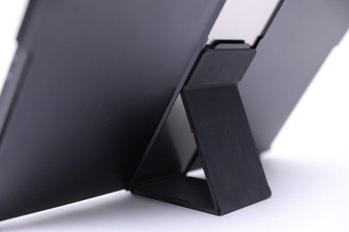 保護殼背面設有磁力支架,可以作 2 段的角度調整,方便觀賞電影或瀏覽文件使用。