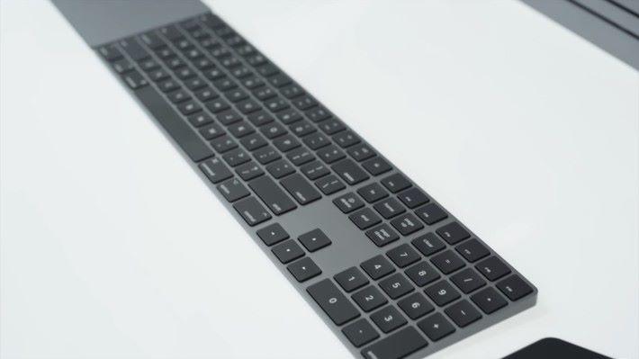 隨機附送太空灰色附有數字鍵的 Magic Keyboard 和同色的 Magic Mouse 2 ,但太空灰色的 Magic Trackpad 2 就要另外購置。