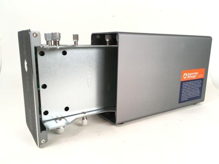 不單外殼,連按裝硬碟的托架都是大塊金屬製,散熱性能一流。