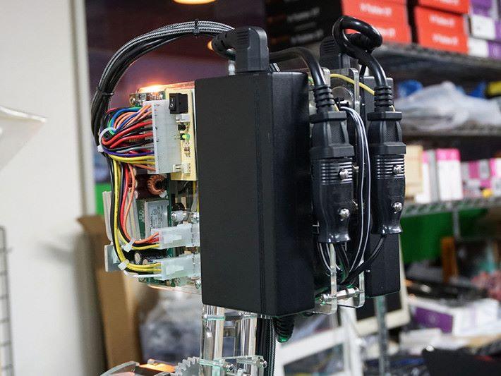 新月 PC 的電源,一樣相當精密。