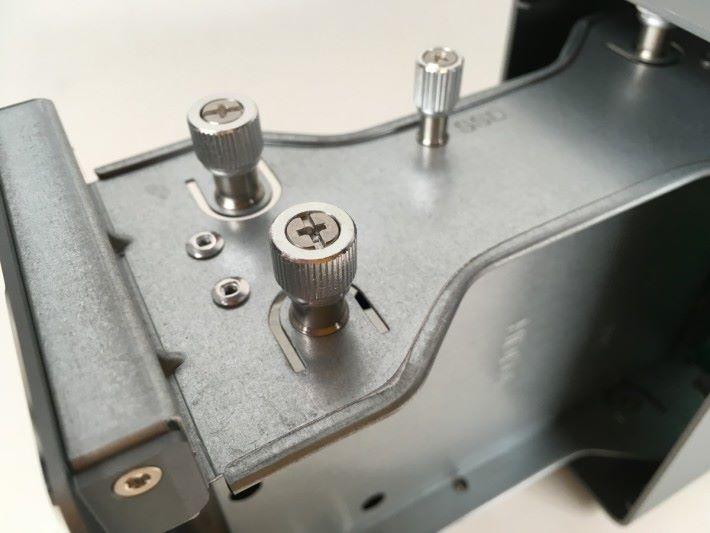 T3RS 的全部螺絲都很大粒,而且是不會脫掉的設計,不用螺絲批就可以輕鬆完成安裝,又不怕丟掉螺絲。