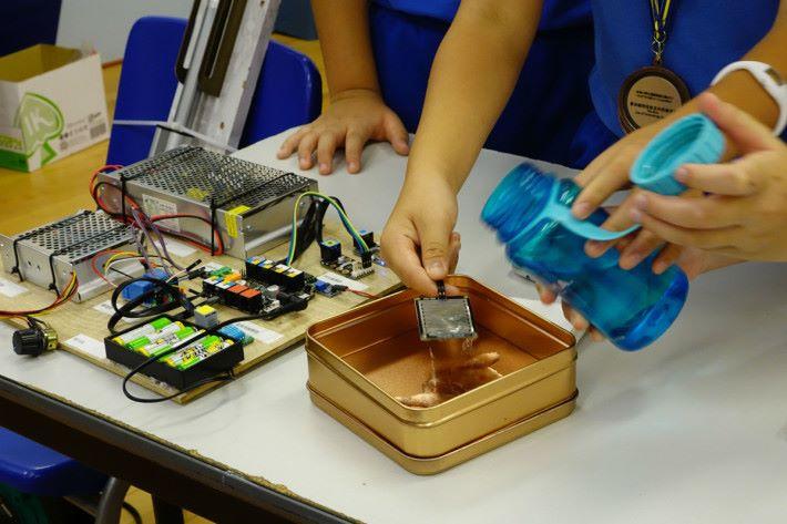 測試時,將水倒在濕度感應器上代表下雨,自動曬衣架會發出通知,讓用家查看天氣後,才決定是否收回自動曬衣架,避免誤觸。