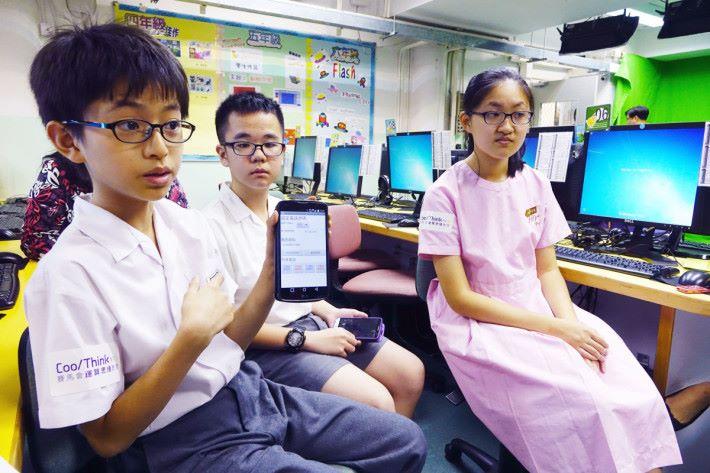 荃灣公立何傳耀紀念小學高小學生(左起)溫立勝、吳沛熹及鍾心瑀合力設計長者走失警報器,他們坦言十分欣賞自動曬衣架的設計,認為其實用及技術均很高。