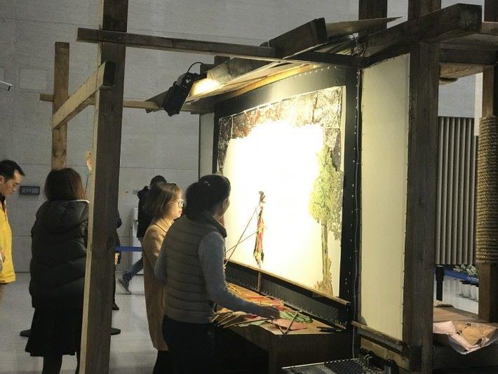 簡單來說,皮影戲是靠背後的光投射,讓紙公仔表演。