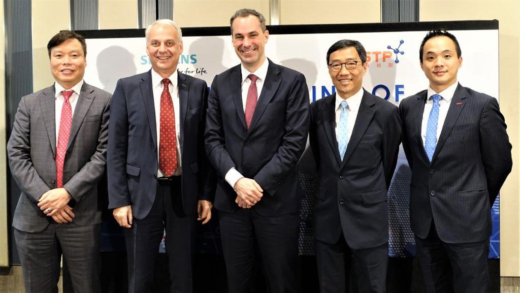 左起:西門子香港及澳門行政總裁鍾漢明、西門子大中華區行政總裁 Lothar Herrmann、西門子管理委員會成 員 Cedrik Neike、香港科技園公司行政總裁黃克強、香港科技園公司首席科技總監戴紹龍。各人均認為,「智慧 城市數碼中心」將能推動香港創新科技發展、協助企業研發智慧城市方案,發揮數碼化城市的巨大潛力。