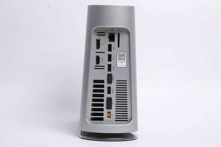 各式外接介面設於機背,共有四組 USB 3.0 大頭,另有 SD 讀卡機及有線網絡介面。