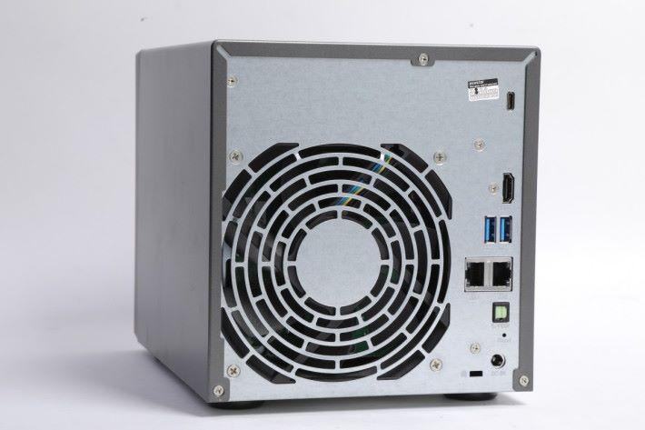機背提供 HDMI 2.0 顯示輸出、光纖 S/PDIF 及 USB Type-C 等介面。