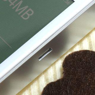 採用 microUSB 介面充電,同時可為流動裝置充電。