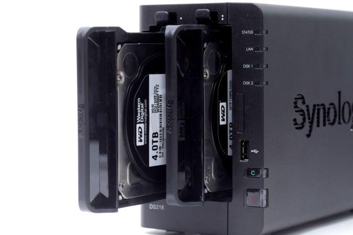 "DS218 為 2-Bay 型號,可放兩隻 3.5"" / 2.5"" 硬碟。"