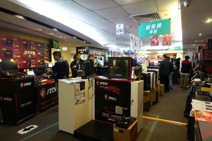 漢科 Crazy Sale 2017 即使在下午辦工時間,都有不少顧客到場。