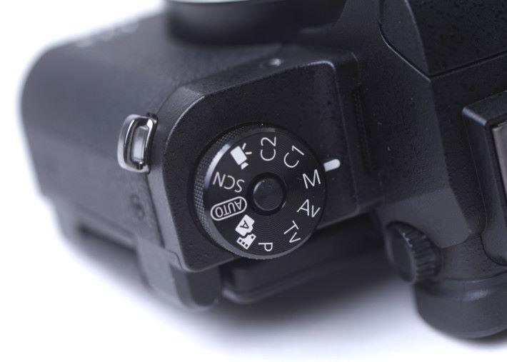 轉盤上增設了防滑鎖鍵,避免用家誤轉到其他拍攝模式。