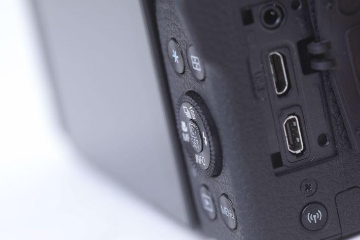 機側設有Wi-Fi連接鍵、Hi-Speed USB、HDMI Type D及遙控器接口。