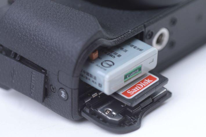 細細粒的電池充滿電後,以 CIPA 標準可拍約 200 張相片。
