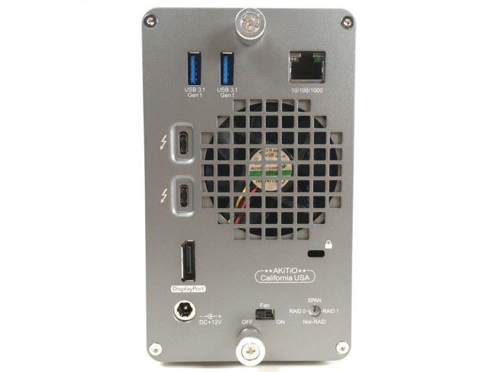 接口全部集中在機背,還有一把大散熱扇幫助散熱,而且還有一個散熱扇開關,讓用家可以靜音工作。