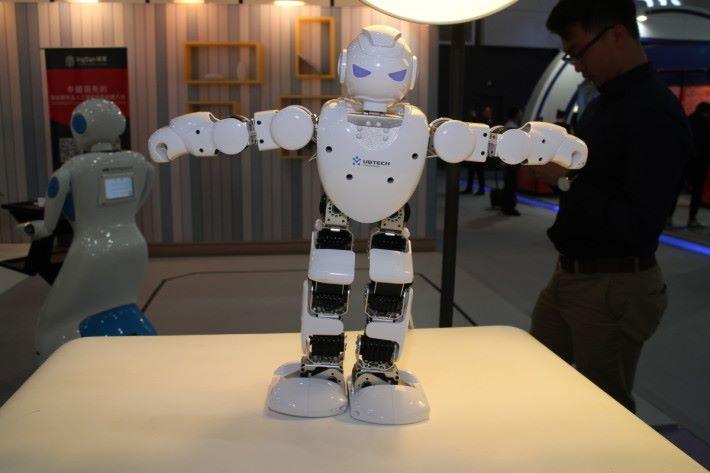 硬蛋另一智能機械人 Alpha 1。