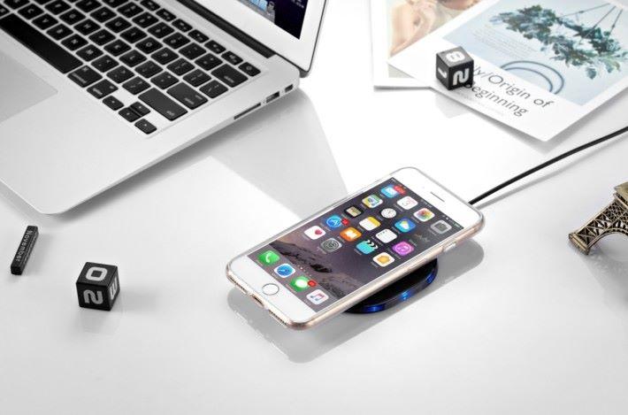 如手機外殼厚度不超過 6mm,又或者不是金屬物料的話,便無需除下外殼都可以進行無線充電。