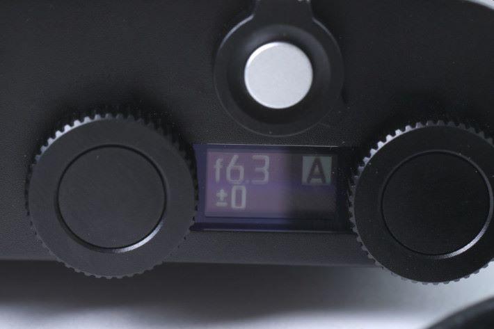 小型屏幕會顯示基本拍攝資訊。
