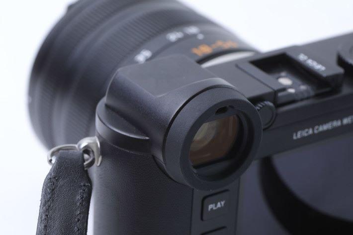 仿旁軸設計的電子觀景器提供 0.74 倍放大率。