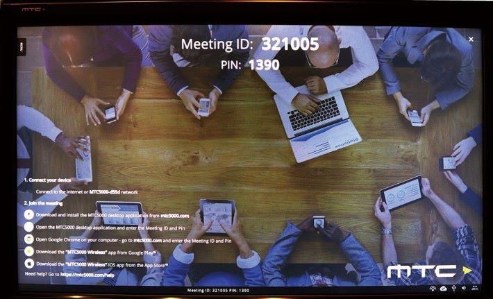 步驟 1 :MTC-5000 安裝簡單,與會者利用個人流動裝置並根據熒幕畫面提供的資料登入即可使用。
