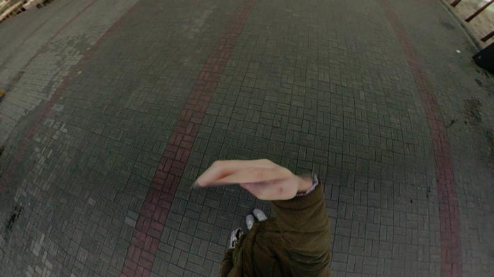 因為手機有一定的闊度,所以看到手掌被一條無形的線砍掉。